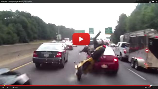 Los riesgos de circular en moto entre coches