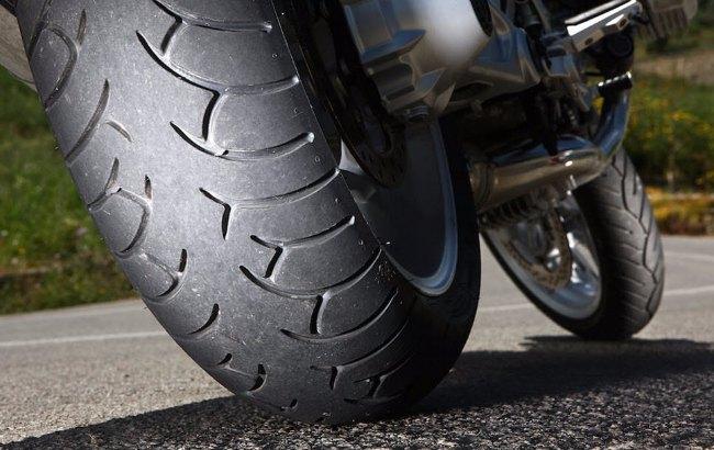 verificar la presión de los neumáticos de moto