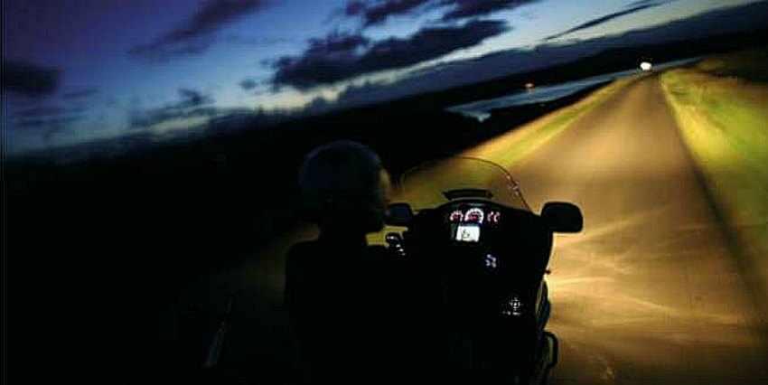 Consejos para conducción nocturna en moto