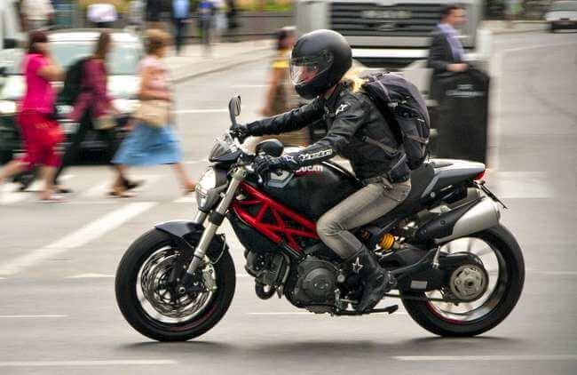 Mujeres en motos fotos 14