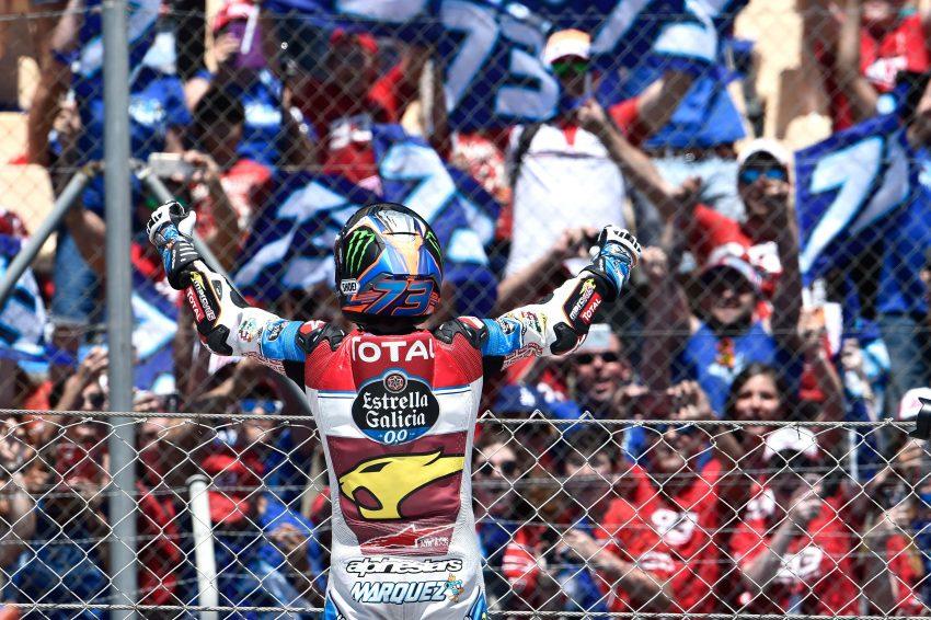 Álex Márquez celebrando el triunfo delante de su club de fans.