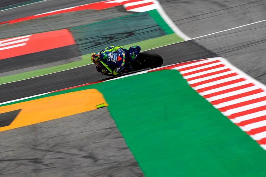 Valentino Rossi surcando la chicane de la discordia en el GP de Catalunya.
