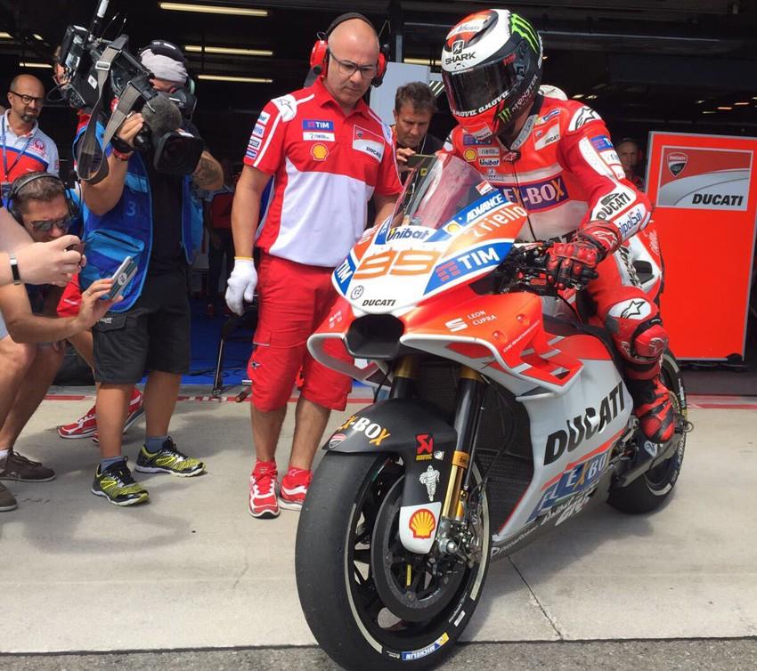 Jorge Lorenzo sale a pista con el nuevo carenado diseñado por Ducati.