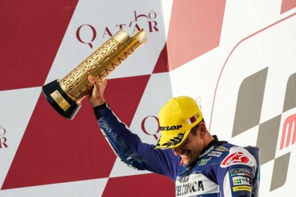 Jorge Martín alza su trofeo de ganador en el podio de Qatar