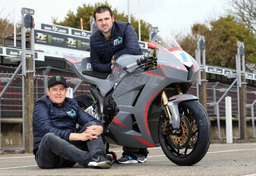 John McGuinness y Michael Dunlop juntos para el TT 2018 en Supersport