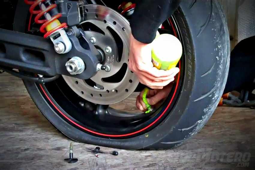 Como reparar un pinchazo en moto