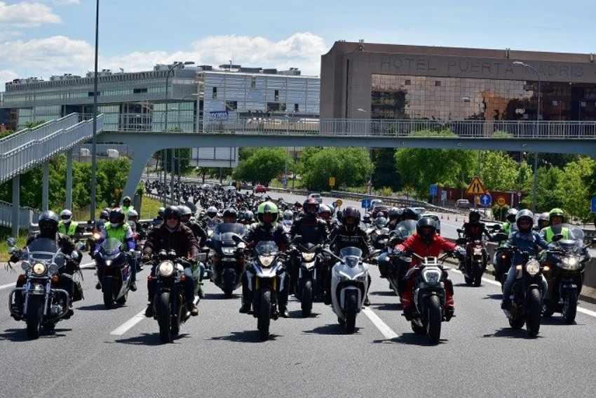 Casi 3.000 motoristas se manifiestan en Madrid por su seguridad