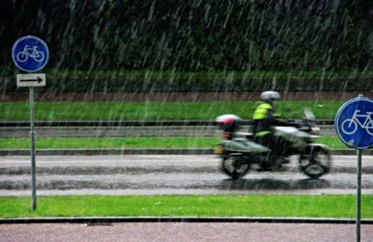 conducir moto en mojado