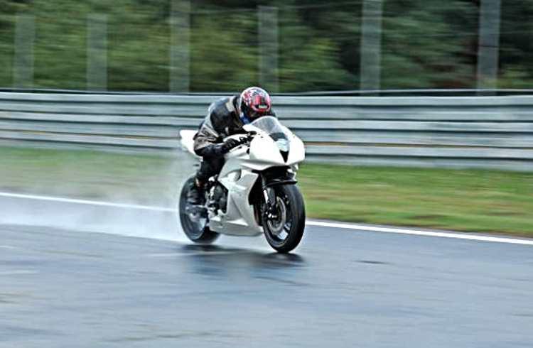 conducir moto lloviendo