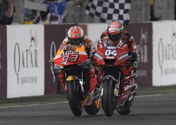 Andrea Dovizioso y Marc Márquez tras cruzar la meta del GP de Qatar.