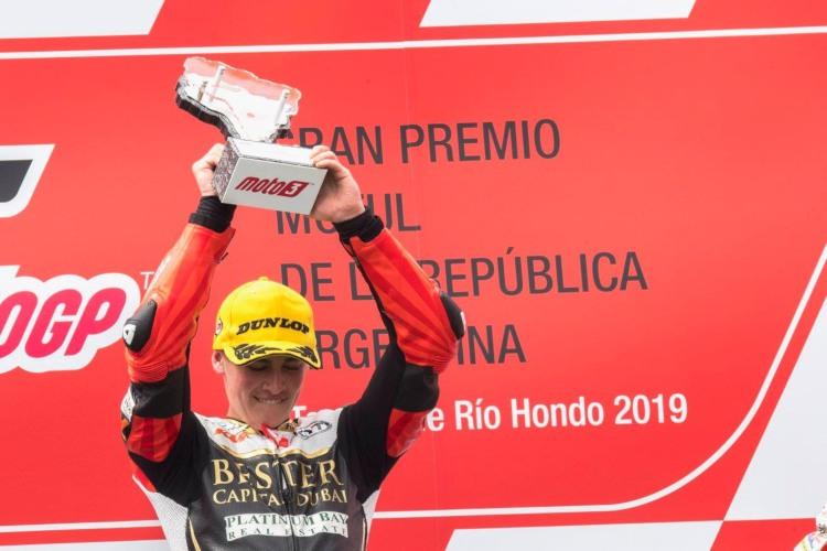Jaume Masià celebrando su primera victoria en Moto3.