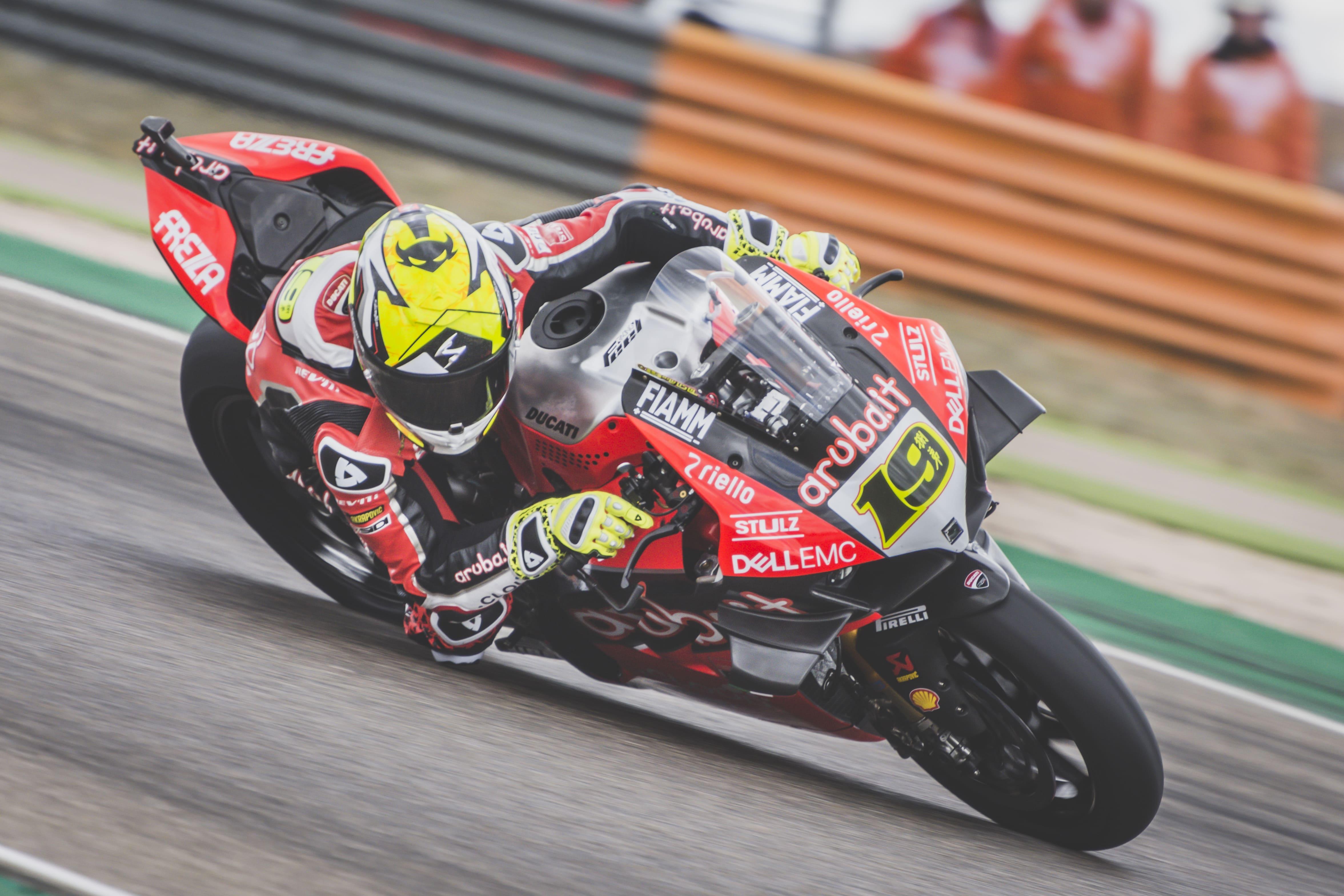 Un intratable Alvaro Bautista se lleva la victoria en Motorland Aragon
