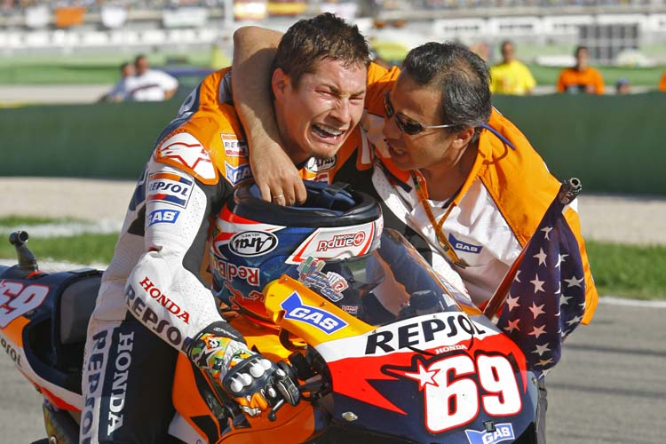 Nicky Hayden no pudo frenar las lágrimas tras lograr el título de MotoGP 2006 en Valencia.