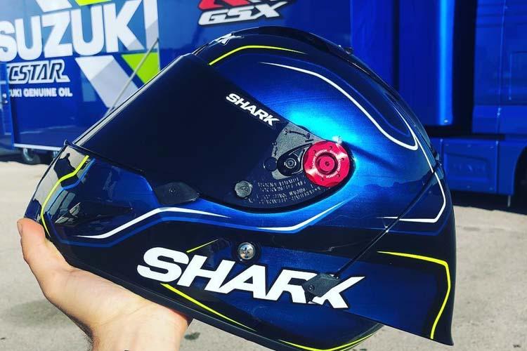 Sylvain Guintoli muestra el casco que ha utilizado en los test de Suzuki en Jerez.