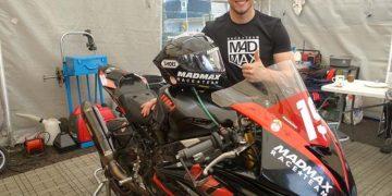 Daley Mathison posaba días antes del inicio del TT Isla de Man con su moto.