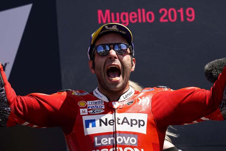 Danilo Petrucci celebra con rabida en el podio de Mugello su primera victoria en MotoGP.