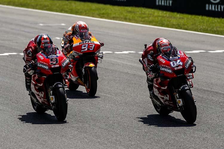 Marc Márquez cruzaba la meta en segunda posición en su duelo con los dos pilotos de Ducati.