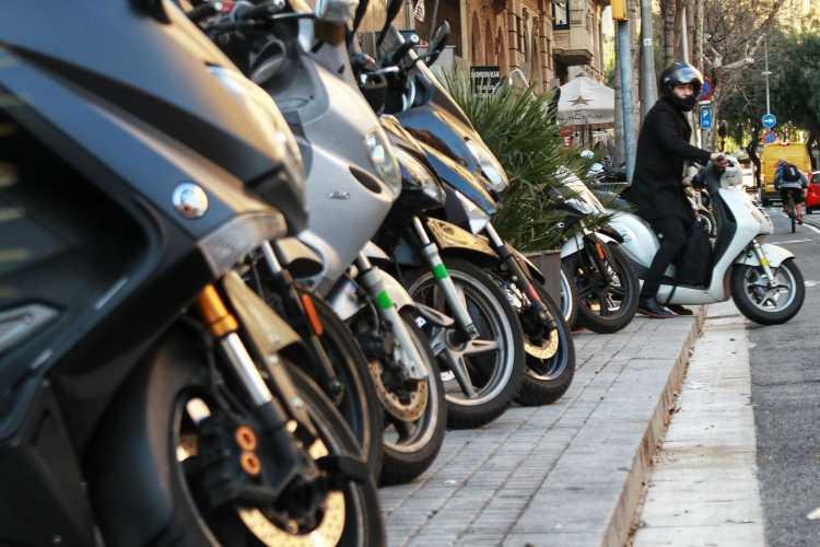 El Gobierno local endurece la regulación del aparcamiento en las aceras ofreciendo soluciones insuficientes y sin un criterio homogéneo en su ubicación