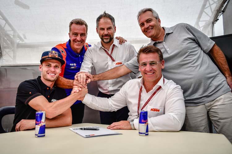 Brad Binder, Herve Poncharal, Jens Hainbach, Pit Beirer y Bob Moore durante la firma del nuevo conttrato del sudafricano.
