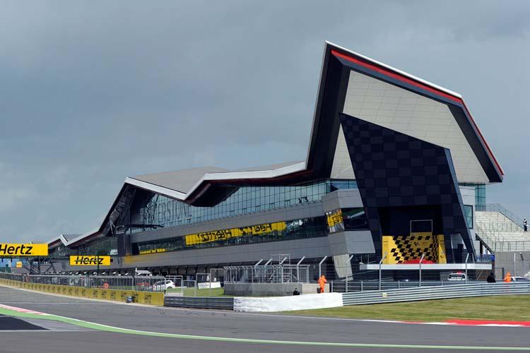 El renovado asfalto del circuito de Silverstone puede ser un dolor de muelas para pilotos y equipos.
