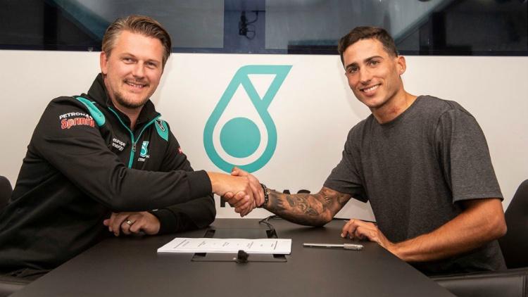 Xavi Vierge cierra el acuerdo con el director del equipo Johan Stigefelt