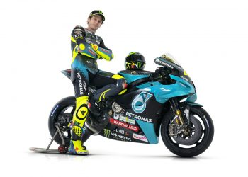Valentino Rossi luce los colores del equipo Petronas SRT Yamaha.
