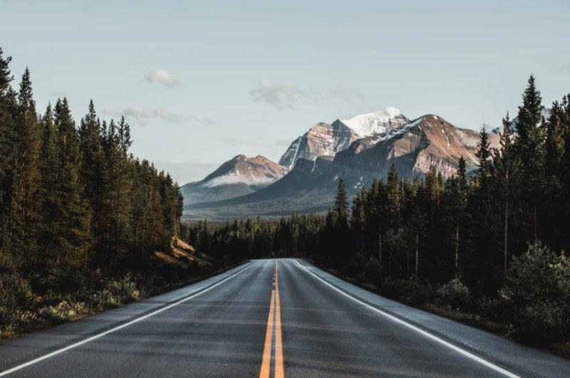 Las Montañas Rocosas de Canadá vistas desde la carretera, fotografía a través de Unsplash